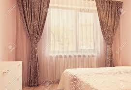 lange dunkle luxusvorhänge und tüllvorhänge gardinen auf einem fenster im schlafzimmer innenarchitekturkonzept vintage abtönung fotofilter