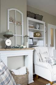 kaminsims mit herbstdeko im wohnzimmer bild kaufen