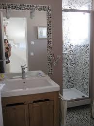 les galets sont omniprésents dans cette salle de bain en frise