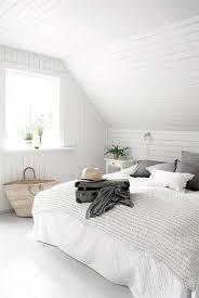chambre en lambris lambris pvc dans une chambre à la déco blanche