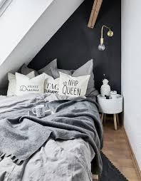 black details le pareti di una stanza mansardata sono più