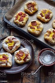 minikuchen aus blätterteig pudding und karamellisiertem rhabarber hausgemachtes backen leckere frisch gebackene plätzchen rustikales foto stockfoto