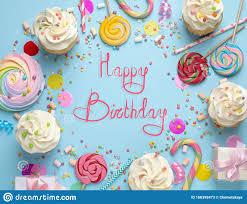 flachlegekomposition mit kuchen auf hellblau happy birthday