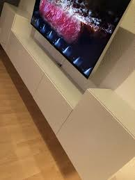ikea wohnzimmer hängeschränke weiß hochglanz mit glasplatten