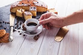 ernten sie die die kaffee nahe kuchen nimmt