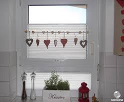 tolle fensterdeko am küchenfenster und dazu passende