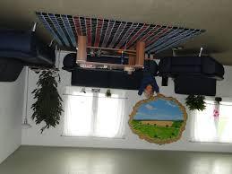 bild wohnzimmer an der decke zu das verrückte haus in