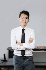 bureau homme d affaire homme d affaires chinois debout dans le bureau photographie
