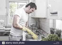 mann spuelen abspuelen geschirr abwaschen waschen