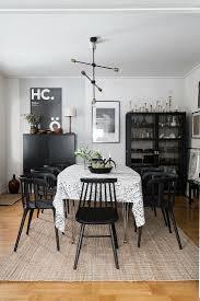schwarze stühle um den tisch im bild kaufen 12611509