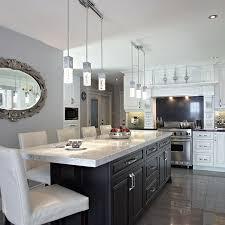 comptoir de cuisine quartz blanc convivial îlot central fonce de style classique avec comptoir de