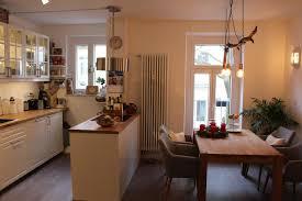 helle wohnküche mit kochmeile als raumteiler küche