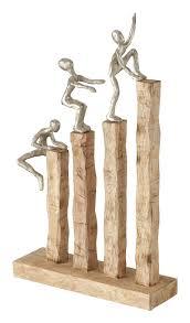 deko wohnzimmer modern zum hinstellen figur deko skulptur figuren deko modern mangoholz handgearbeitet kletternder mann lxh 26 x 43 cm