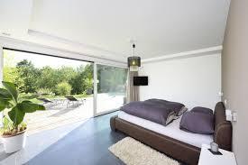 schlafzimmer mit ausblick dank der bodentiefen fenster