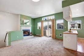 haus interieur leeres wohnzimmer mit kamin 1340980 stock foto