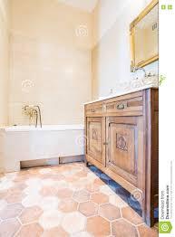 altmodisches inländisches badezimmer stockfoto bild