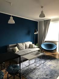 bequemes wohnzimmer mit mutiger blauer wand und