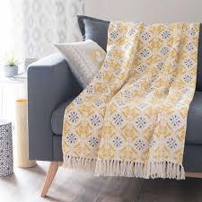 jeté de canapé jaune jeté en coton jaune gris 160 x 210 cm maisons du monde