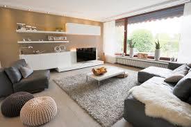 das große fenster bringt viel licht modern wohnzimmer
