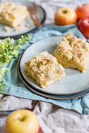 klassischer apfelkuchen vom blech mit hefeteig und streusel