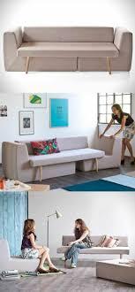 ein kompaktes sofa mit zwei sessel darunter passend für