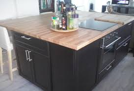 plan de travail cuisine bois brut rénovation de cuisine sur mesure avec ilôt central en bois massif