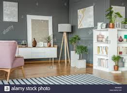 rosa sessel in grau wohnzimmer einrichtung mit holz le