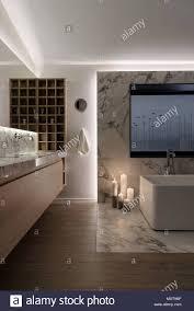 helle moderne badezimmer mit weißen wänden und einem parkett