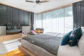 echtes luxusinterieurdesign im schlafzimmer mit hellem und hellem raum und fernseher im haus oder haus stockfoto und mehr bilder architektur