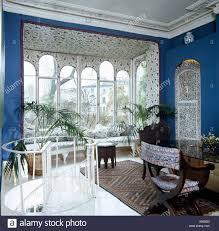 blaue achtziger jahre esszimmer mit erker und