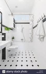 gemusterte boden in weiß und schwarz bad mit wc und