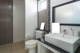 großes badezimmer innenraum im luxus haus mit zwei