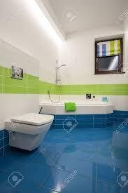 travertin haus bunte badezimmer grün blau und weißen fliesen