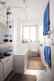 schönes helles badezimmer mit gepunktetem duschvorhang und