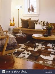 retro wohnzimmer mit kuh haut wolldecke steinwänden und