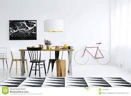großer teppich in esszimmer stockfoto bild asymetrisch