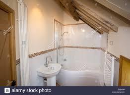 schöne moderne badezimmer in einem vor kurzem renovierten