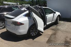 Ouch Don t leave the garage with your Tesla Falcon Wing doors open