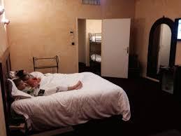 chambre suite avec la chambre suite avec les lits enfants au second plan photo de