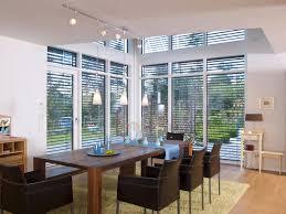 wohnzimmer glas fassade galerie esszimmer jalousien holz