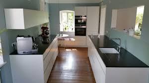 helle küche in farbiger umgebung küchen design magazin