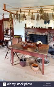 ein esszimmer und kamin in einer primitiven kolonialstil