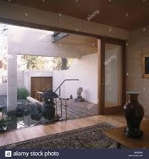 modernes wohnzimmer mit blick durch die glaswand des