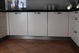 küchen sockelsystem aus aluminium in inox oberfläche pe systeme aluminiumteile für messebau büro