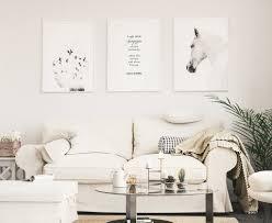 stilvolle bilderwand im weiß gestalteten wohnzimmer nordipo
