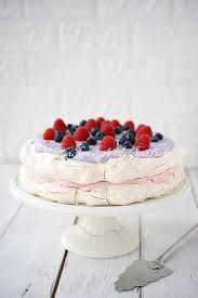 pavlova torte mit himbeeren und heidelbeeren