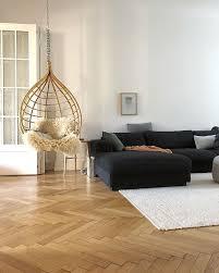 wohnzimmer mit hängesessel schwarzer weißem teppich
