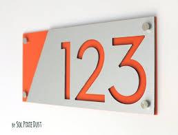 moderne hausnummern alucobond mit orange acryl zeitgenössische wohnadresse zeichen plaque türnummer