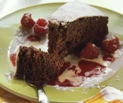 schokoladen nuss kuchen mit himbeer und vanillesoße
