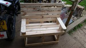 DIY Rustic Pallet Bench For Kids Via 1001pallets